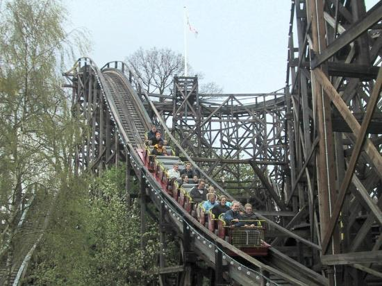 Bakken - World's Oldest Amusement Park: Carro en la montña rusa...de madera!