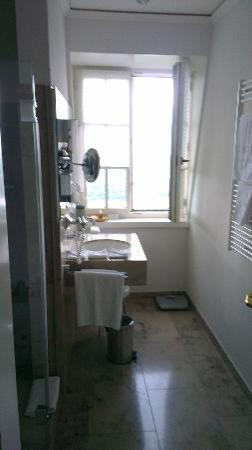 Steigenberger Grandhotel Petersberg: The clean bathroom, but no bath...pitty