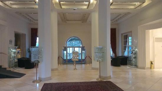 Steigenberger Grandhotel Petersberg: Grand entrance to the Petersberg hotel