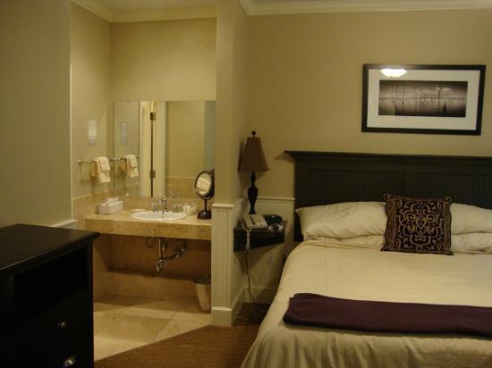 Eldridge Hotel: Grand Corner King vanity area