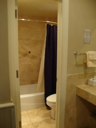 Eldridge Hotel: Grand Corner King bathroom entry