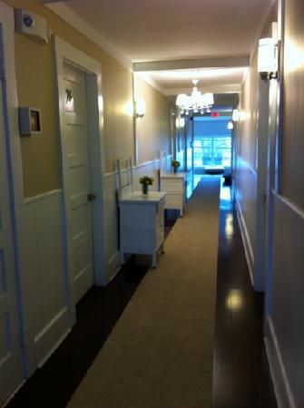 Parsons Post House Inn: looking down the hallway to the front porch area.
