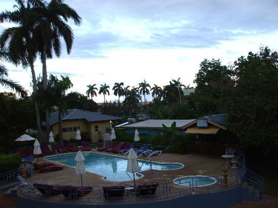 Toby's Resort: Overview of pool and garden