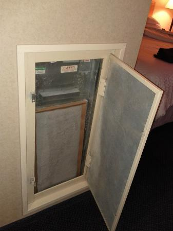 Four Points by Sheraton Vancouver Airport: The heating/cooling unit was last serviced in 1996