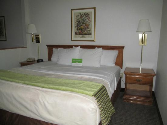 La Quinta Inn & Suites St. Albans: Bedroom area
