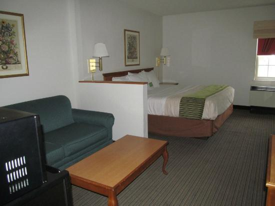 La Quinta Inn & Suites St. Albans: Bedroom/lving area