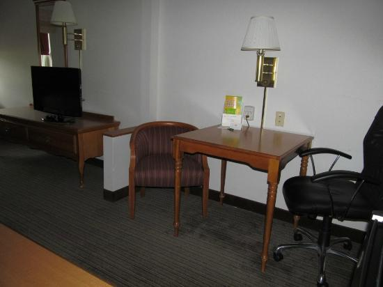 La Quinta Inn & Suites St. Albans: desk..one standard chair..one wooden chair.-small desk.