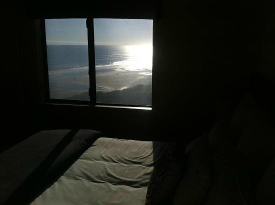 ‪كاستاواي لودج: View of beach from bedroom‬