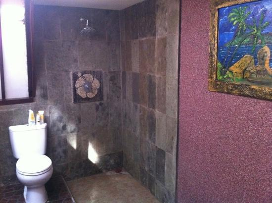 Ozzy Cottages and Bungalows: clean bathroom