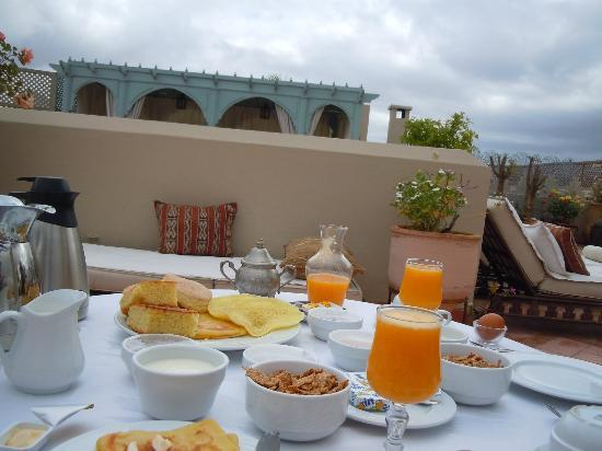 Riad Kniza : breakfast on the rooftop