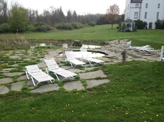 La Tourelle Hotel, Bistro, Spa: Lounge chairs beside the carp pond