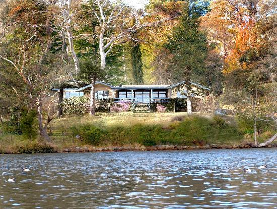 Lakeside Bed and Breakfast : Lakeside Bed & Breakfast from the water