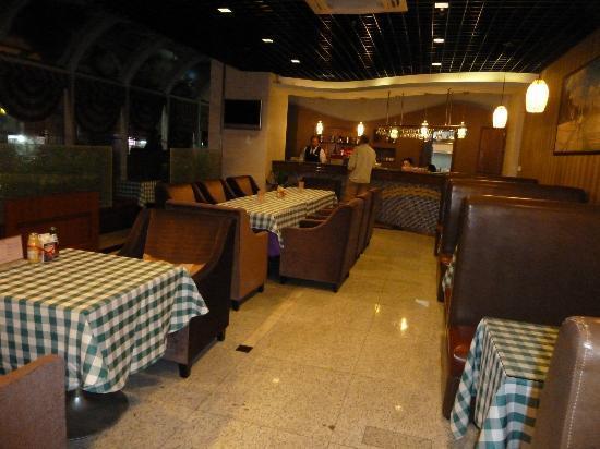 Orange Hotel Seclect Shanghai Waitan Wusong Road: Lobby bar that had never any customers