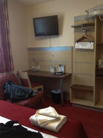 Comfort Inn London - Edgware Road: Mesa con TV y ¿armario?