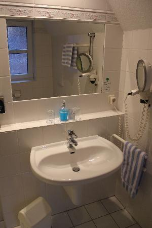 Graf Bentinck: Badezimmer Waschtisch mit Utensilien