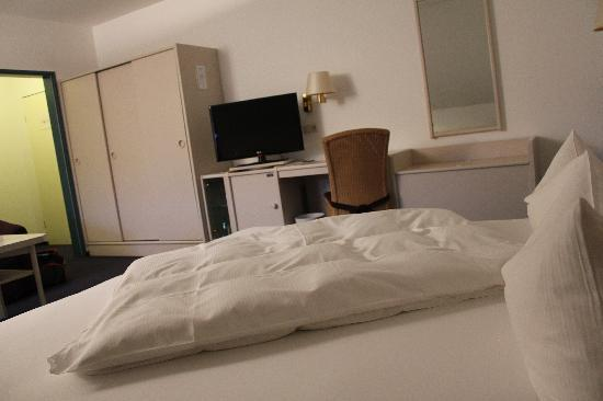 Graf Bentinck: Schlafbereich im Doppelzimmer mit BLick auf den TV / Eingangsbereich