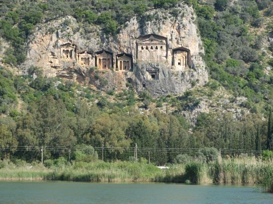 Crescent Hasirci Hotel & Villas: Dalyan village and these rocks tommbs are just 10 minutes from the hotel