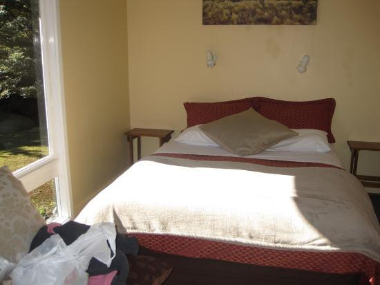 Arthur's Pass Alpine Motel: Queen bed in living room of Cabin #5