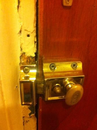 Crooked Retreat : the door to our room! didn't feel safe as it could be blown open