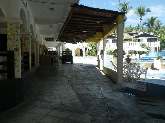 Bungalows Zicatela: View from street entrance to reception