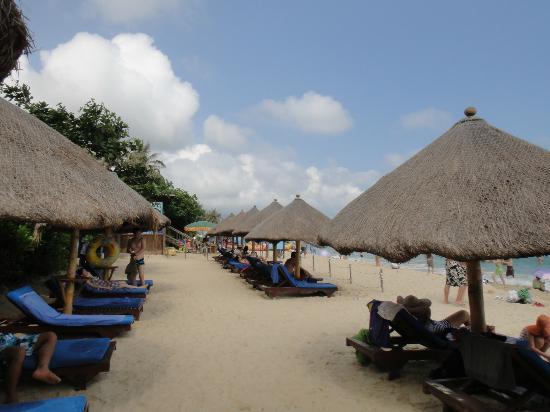 Aegean Jianguo Resort Sanya: Hotel beach chairs
