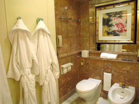 Island Shangri-La Hong Kong: Rincón del baño