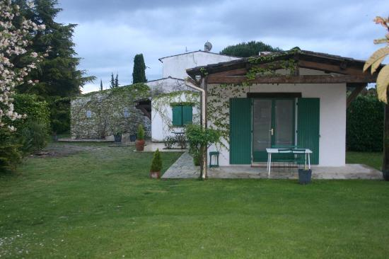 "Le Clos Saint Paul: Room ""Tropique"" with doors that open onto the garden"