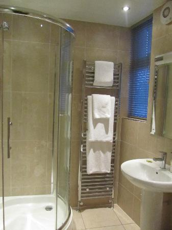 The Longlands Inn & Restaurant: Well equipped bathroom