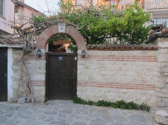 Kirios Hotel: Front gate to courtyard of hotel.
