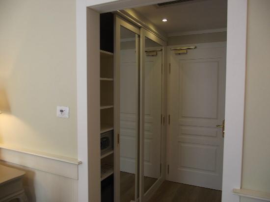 ingresso e armadio con specchi - Picture of Hotel Leon d\'Oro ...