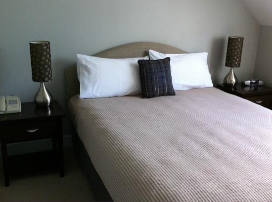 Russell Cottages: Main bedroom with ensuite
