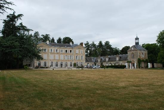 Château de Champvallins : View of the rear of the hotel from further back on the grounds