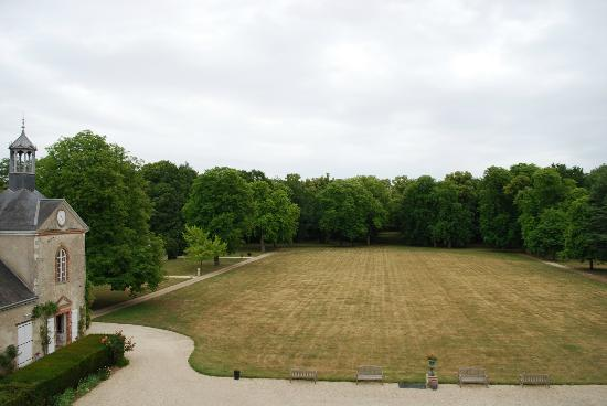 Château de Champvallins : View from our room onto the properties main field