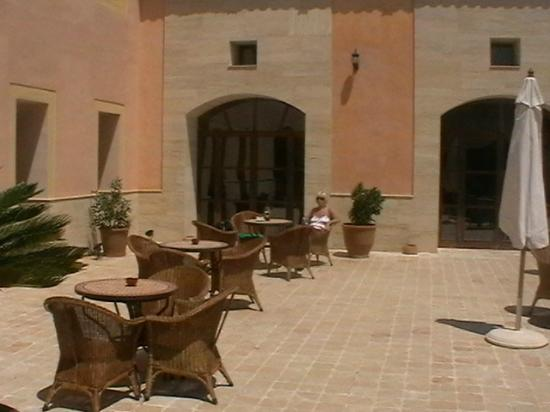 SENTIDO Pula Suites Golf & Spa: Small courtyard outside bar
