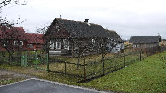 parallel 60 : On the road to Novgorad there are many such houses