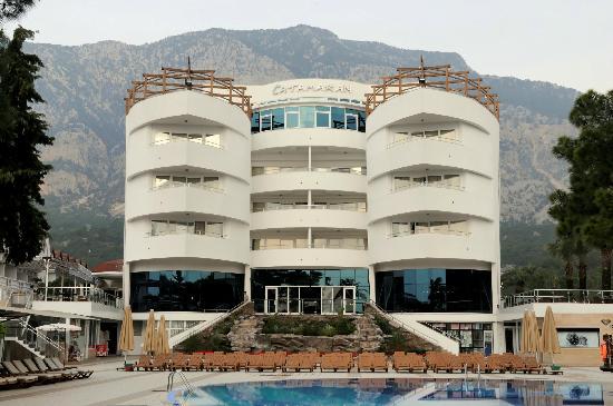 Catamaran Resort Hotel: Außenansicht vom Meer her