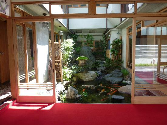 Nishikiro: lobby & fish pond