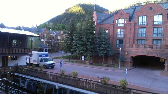 Mountain Chalet Aspen: Photo taken from my balcony, also shows parking area for large vehicles