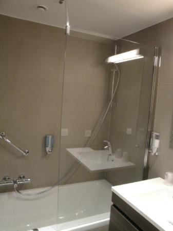 Aparthotel Castelnou: Bathroom