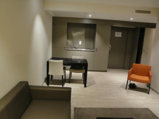 Aparthotel Castelnou: Kitchenette, table and main entrance