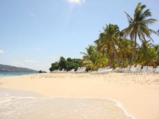 Luxury Bahia Principe Cayo Levantado Don Pablo Collection: Extensa playa es una punta enorme con vista a Bahia Samana