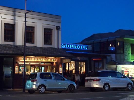 Fergbaker: 夜でも賑わうファーグバーガー&ベーカリー