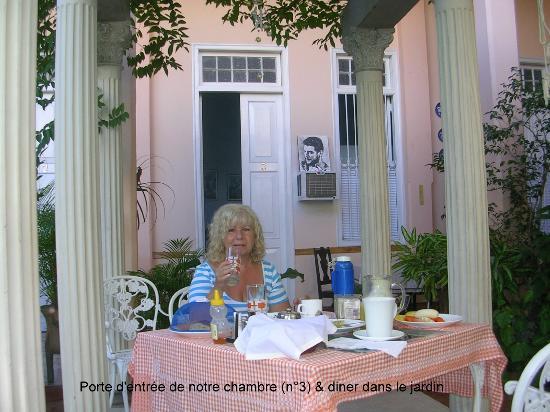 Hostal Autentica Pergola: Diner dans le jardin