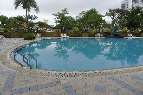 Grand DarulMakmur Hotel Kuantan: Swimming pool