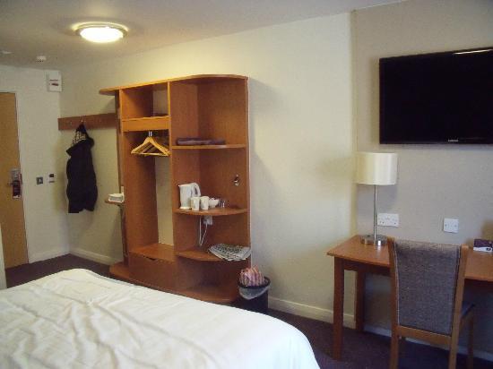 Premier Inn Blackpool (Bispham) Hotel: Hanging space and tea and coffee making facilities