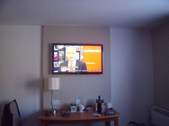 Premier Inn Blackpool (Bispham) Hotel: Huge flat screen wall-mounted TV