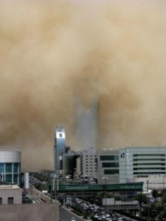 Riyadh, Arabie Saoudite : Kingdom Centre Tower being swallowed by a dust storm