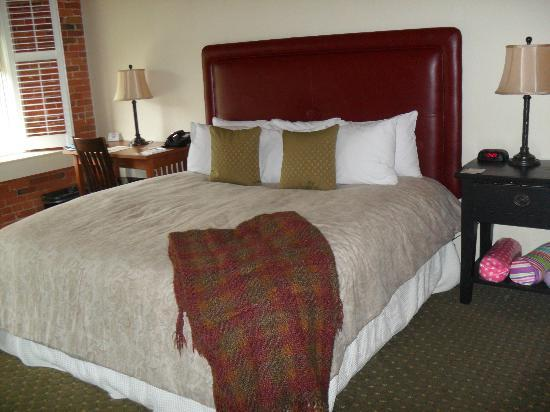 The Common Man Inn: Very comfy bed