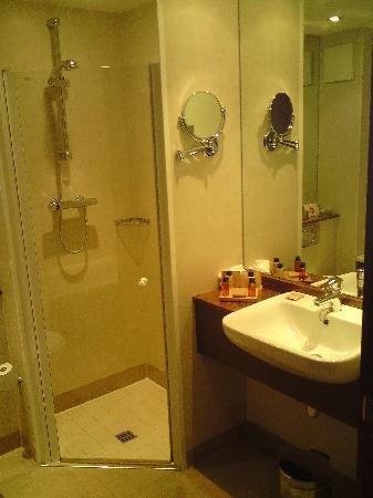 Castleknock Hotel: bathroom with good shower