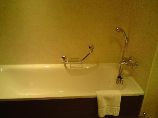 Castleknock Hotel: the nice bath